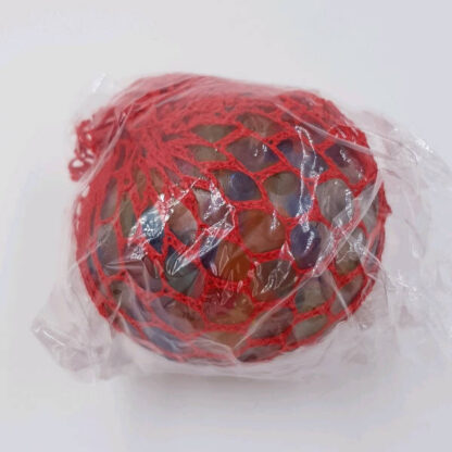Stressbold i net med vandperler rød