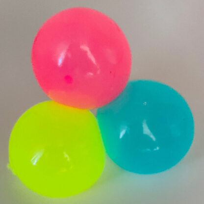 selvlysende sticky ball som kan hænge fast på væggen og er selvlysende alle
