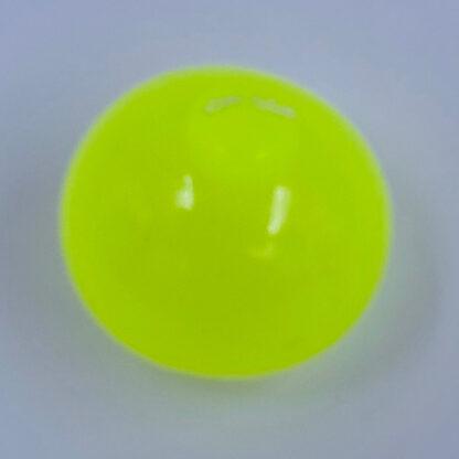 stickey stressbold som sidder fast på væggen eller loftet og er i flere farver samt er den selvlysende glow in the dark gul